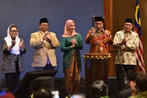 Presiden Jokowi memukul bedug sebagai tanda pembukaan the International Young Muslim Women Forum 2018, di Hotel Aryaduta, Jakarta, Rabu (24/10) malam. (Foto: OJI/Humas)