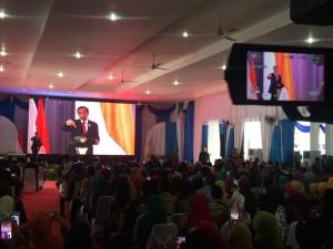 Presiden Jokowi memberikan sambutan pada Rakor Pemberdayaan Masyarakat Desa, di Kab. Deli Serdang, Sumut, Senin (8/10) siang. (Foto: Dina/Humas)