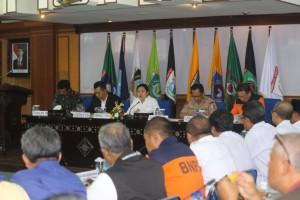 Menko PMK Puan Maharani memimpin rapat perkembangan penanganan paska gempa di Lombok, NTB, Rabu (17/10). (Foto: Humas Kemenko PMK)
