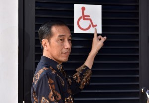 President Jokowi points out the example of disabled-friendly facilities in SUGBK, Jakarta, Tuesday (16/10). (Photo: Jay/Public Relations).