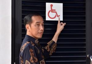 Presiden Jokowi menunjuk contoh salah satu fasilitas umum yang ramah bagi penyadang disabilitas, di Stadion Utama GBK, Jakarta, Selasa (16/10) pagi. (Foto: JAY/Humas)