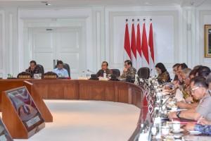 Presiden Jokowi didampingi Wapres Jusuf Kalla memimpin Rapat Terbatas mengenai Persiapan Asian Para Games 2018, di Kantor Presiden, Jakarta, Selasa (2/10) sore. (Foto: JAY/Humas)