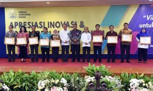 Kepala LAN berfoto bersama usai menyerahkan Penghargaan Inovasi Administrasi Negara (INAGARA Award) Tingkat Nasional Tahun 2018 di Gedung Makarti, Jakarta, Selasa (30/10). (Foto: Humas/Rahmat)