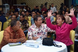 Minister of Marine and Fisheries Susi Pudjiastuti converses with a number of ministers, at Auditorium of Building III, Ministry of State Secretariat, Jakarta, Tuesday (23/10). (Photo: AGUNG/PR)