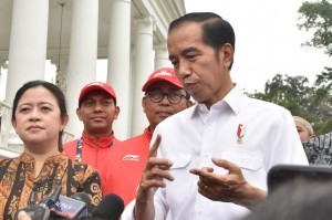 President Jokowi answers the reporters' questions after distributing cash bonuses to the 2018 Asian Para Games medalists at the Bogor Presidential Palace, West Java on Saturday (13/10). (Photo by: Oji/Public Relations).