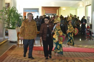 Minister of Foreign Affairs Retno Marsudi accompanies the UN Secretary General Antonio Guterres at the Laguna Resort, Thursday (11/10). (Photo by: Jay/Public Relations).