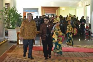 Menlu Retno Marsudi mendampingi Sekjen PBB Antonio Guteres saat akan bertemu Presiden Jokowi, di Resort Laguna, Nusa Dua, Bali, Kamis (11/10) pagi. (Foto: JAY/Humas)