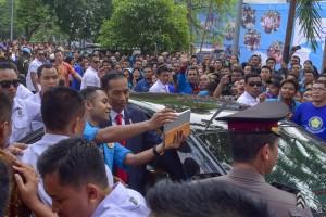 Presiden Jokowi menerima permintaan seorang mahasiswa untuk berfoto bersama, usai memberikan orasi ilmiah pad Dies Natalis UKI ke-65, di Cawang, Jakarta, Senin (15/10) pagi. (Foto: JAY/Humas)