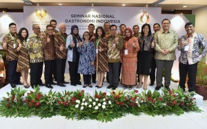 Deputy Cabinet Secretary Ratih Nurdiati takes a photo with speakers and committee of Gastronomic National Seminar, at 4th Floor of Building III, Ministry of State Secretariat, Jakarta, Tuesday (23/10). (Photo: Rahmat/PR)