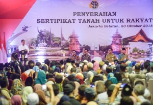 Presiden Jokowi menyampaikan sambutan pada acara penyerahan 5.000 sertifikat hak atas tanah, di Kebayoran, Jakarta Selatan, Selasa (23/10) sore. (Foto: AGUNG/Humas)