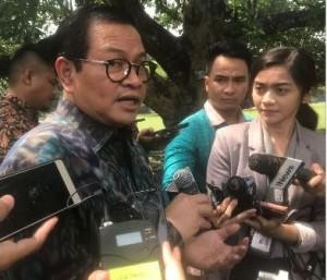 Seskab Pramono Anung menjawab wartawan di Istana Kepresidenan Bogor, Jawa Barat, Senin (22/10) siang. (Foto: Shally N/Humas)