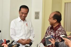 Kepala Pusat Data, Informasi, dan Humas BNPB Sutopo Purwo Nugroho dan Presiden Jokowi sama-sama tertawa menjawab pertanyaan wartawan, di Istana Kepresidenan Bogor, Jabar, Jumat (5/10) siang. (Foto: JAY/Humas)