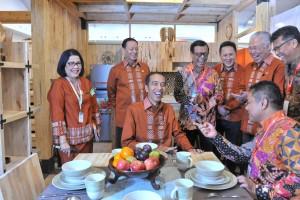 Presiden Jokowi tertawan lepas saat mendengarkan penjelasan dari seorang pengusaha pada pembukaan Trade Expor Indonesia 2018, di ICE BSD, Tangerang, Selasa (24/10) pagi. (Foto: Jay/Humas)