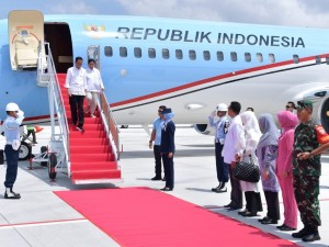 Presiden Jokowi dan Ibu Negara Iriana tiba di Bandara Zainuddin Abdul Madjid, Kabupaten Lombok Tengah, Kamis (18/10), untuk menyaksikan penyerahan bantuan pembangunan rumah korban gempa. (Foto: BPMI Setpres)
