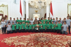 President Jokowi and Minister of Youth and Sports Imam Nahrawi pose for a group photo with players, coaches, and official of Indonesian U-16 National Football Team at the Merdeka Palace, Jakarta, Thursday (4/10). (Photo by: Oji/Public Relations).