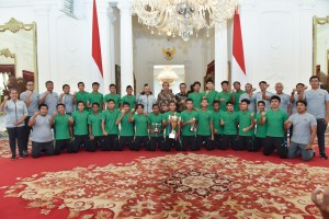 Presiden Jokowi didampingi Menpora berfoto bersama pemain, pelatih, dan official Timnas U-16, di Istana Merdeka, Jakarta, Kamis (4/10) pagi. (Foto: OJI/Humas)