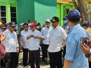 Coordinating Minister for Politics, Legal, and Security Affairs Wiranto, accompanying Vice President Jusuf Kalla observing on of the post-quake location in Palu, Southeast Sulawesi, Friday (10/5). (Photo: Coordinating Ministry for Politics, Legal, and Security Affairs)