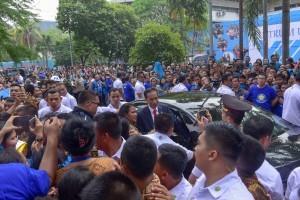 The UKI academic community welcomes President Jokowi at the UKI Campus, Cawang, Jakarta, Monday (10/15). (Photo: Jay/Public Relations).