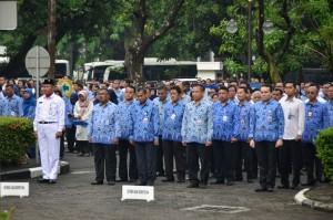 Para pegawai di lingkungan Lembaga Kepresidenan mengikuti Upacara Peringatan Hari Sumpah Pemuda ke-90, di halaman parkir Kemensetneg, Jakarta, Senin (29/10) pagi. (Foto: AGUNG/Humas)