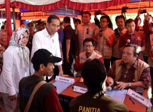 Presiden didampingi Ibu Negara menyaksikan menyaksikan penandatanganan Surat Perintah Kerja (SPK) Kelompok antara masyarakat dan aplikator RISHA di Dusun Pademekan, Desa Belanting, Kecamatan Sembelia, Kamis (18/10). (Foto: BPMI)