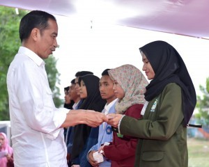 President Jokowi symbolically hands over scholarships to students affected by the quake, at the Zainuddin Abdul Madjid International Airport, Central Lombok Regency, Thursday (18/10). (Photo by: BPMI)