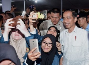President Jokowi takes photo after distributing aid in West Nusa Tenggara Province, Thursday (18/10). (Photo: BPMI)