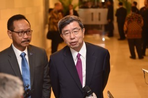 President of the Asian Development Bank, Takehiko Nakao, accompanied by Indonesian Banker Sigit Pramono, answers questions from the journalists at Nusa Dua, Bali, Friday (12/10). Photo by: JAY/Public Relations Division of Cabinet Secretariat
