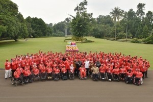 President Jokowi accompanied by Coordinating Minister  for Human Development and Culture and Minister of Youth and Sports pose for a group photo with the 2018 Asian Para Games Athletes at Bogor Presidential Palace, West Java Province, Saturday (13/10). (Photo: Oji/PR)