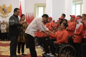 President Jokowi shakes hands with an Asian Para Games medalist at the Bogor Palace, Saturday (13/10). Photo by: Public Relations Division of Cabinet Secretariat/ Oji.