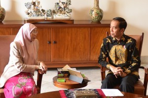 President Jokowi, receives a courtesy call from Deputy Prime Minister of Malaysia, Wan Azizah Wan Ismail, at the Bogor Palace, West Java, Tuesday (9/10) Photo by: Oji/ Public Relations Division of Cabinet Secretariat.