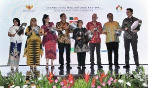 Deputy Cabinet Secretary Ratih Nurdiati, accompanied by representatives of Indonesian Gastronomy Association and the participants, opens Gastronomy Mini Potluck Festival at the Krida Bhakti Building, Ministry of State Secretariat, Jakarta, Thursday (25/10) Photo by: Jay/ Public Relations Division of Cabinet Secretariat.
