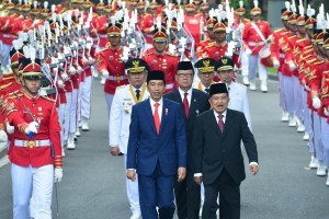 President Jokowi, Vice President Jusuf Kalla and Newly Elected Governors and Deputy Governors march from Merdeka Palace to the State Palace, Monday (1/10). Photo by Public Relations Divisions of Cabinet Secretariat/Oji