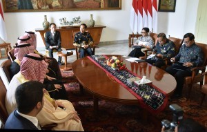 President Jokowi, accompanied by several Cabinet Ministers, receives a courtesy call from Foreign Minister of Saudi Arabia Adel bin Ahmed Al-Jubeir at the Bogor Palace, West Java, Monday (10/20). Photo by: Rahmat/ Public Relations Division of Cabinet Secretariat.