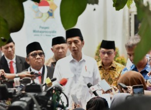 President Jokowi answers questions from journalists after the opening ceremony of the National Working Meeting of the Indonesian Islamic Preaching Institutions (LDII) at Minhajurrosyidin Islamic Boarding School, Pondok Gede, East Jakarta, Wednesday (10/10). Photo by: Rahmat/ Public Relations Division of Cabinet Secretariat.