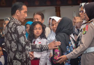 President Jokowi visits the families of the victims at the Crisis Center, Soekarno Hatta Airport Terminal, Monday (29/10). Photo by: Agung/Public Relations Division of Cabinet Secretariat.
