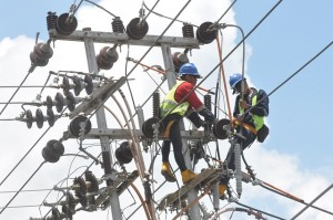 Petugas PLN melakukan perbaikan jaringan listrik di Palu, Sulawesi Tengah, Jumat (12/10). Pascagempa dan tsunami, PLN terus berupaya memperbaiki sistem kelistrikan di Kota Palu, Donggala, dan Sigi, agar dapat segera normal kembali. ANTARA FOTO/Mohamad Hamzah/kye/18.