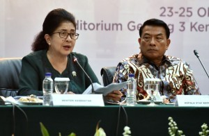 Minister of Health Nila F. Moeloek accompanied by Presidential Chief of Staff Moeldoko on the press conference at the Building III of the Ministry of State Secretariat, Jakarta, Tuesday (23/10). (Photo by: Rahmah/Public Relations).