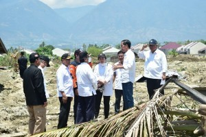 President Jokowi talks to cabinet members and officials when visiting disaster-affected area at Patebo, Palu, Central Sulawesi, Wednesday (3/10) Photo by: BPMI Setpres/ES)