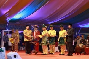 Vice President Jusuf Kalla hands over trophy of Quran Recital Competition (MTQ) to Regional Secretary of DKI Jakarta Province during the closing ceremony of the 27th MTQ in Medan, North Sumatera, Friday (12/10). Photo by: Humas Kemenag