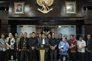 Coordinating Minister for Political, Legal and security Affairs Wiranto, accompanied by officials, holds a press release after attending coordination meeting on Palu post-quake mitigation measures at the office of Coordinating Ministry for Political, Legal and Security Affairs, Jakarta, Saturday (29/9). Photo by Public Relations Division of Coordinating Ministry for Political, Legal and Security Affairs