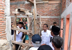 President Jokowi inspects the construction of Healthy Modest Instantaneous House (RISHA) for the quake victims in West Sumbawa, West Nusa Tenggara, Thursday (18/10).  Photo by: BPMI, Presidential Secretariat.