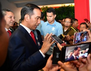 President Jokowi answers questions from the journalists in Samarinda, East Kalimantan, Thursday (26/10) Photo by: BPMI