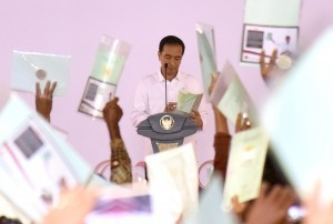 President Jokowi distributes land certificate in Tegal a while ago. Photo by: Dok. Humas.