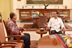 President Jokowi receives Head of Information Data Center and Public Relations of the National Disaster Mitigation Agency (BNPB) Sutopo Purwo Nugroho at Bogor Palace, West java, Friday (5/10). Photo by: Jay/Public Relations Division of Cabinet Secretariat.