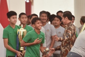 President Jokowi talks to U-16 Indonesian football team at Merdeka Palace, Thursday (4/10). Photo by: Oji/Public Relations Division of Cabinet Secretariat.