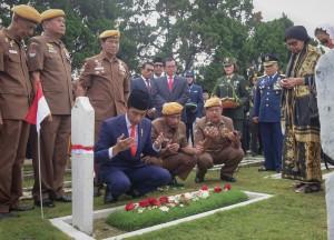 Presiden Jokowi saat melaksanakan tabur bunga di Taman Makam Pahlawan (TMP) Cikutra, Bandung, Sabtu (10/11). (Foto: Humas/Agung)