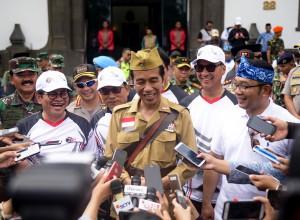 Presiden kepada wartawan usai mengikuti Gowes Bandung Lautan Sepeda di Kantor Gubernur Jawa Barat, Sabtu (10/11). (Foto: Humas/Agung)