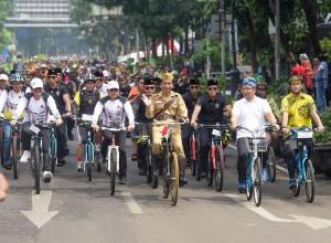 Presiden Jokowi mengikuti Gowes Bandung Lautan Sepeda, Sabtu (10/11). (Foto: Humas/Agung).