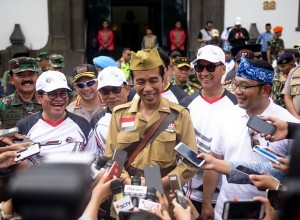 President Joko Widodo delivers his statement to reporters after joining the Gowes Bandung Lautan Sepeda (Fun Bike) at West Java Governor's Office, Saturday (10/11). (Photo by: Agung/ PR Division)
