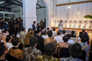 President Joko Widodo has a dialog with creative industry players, in Braga, Bandung, West Java, Saturday (10/11). (Photo by: Agung/ PR Division)